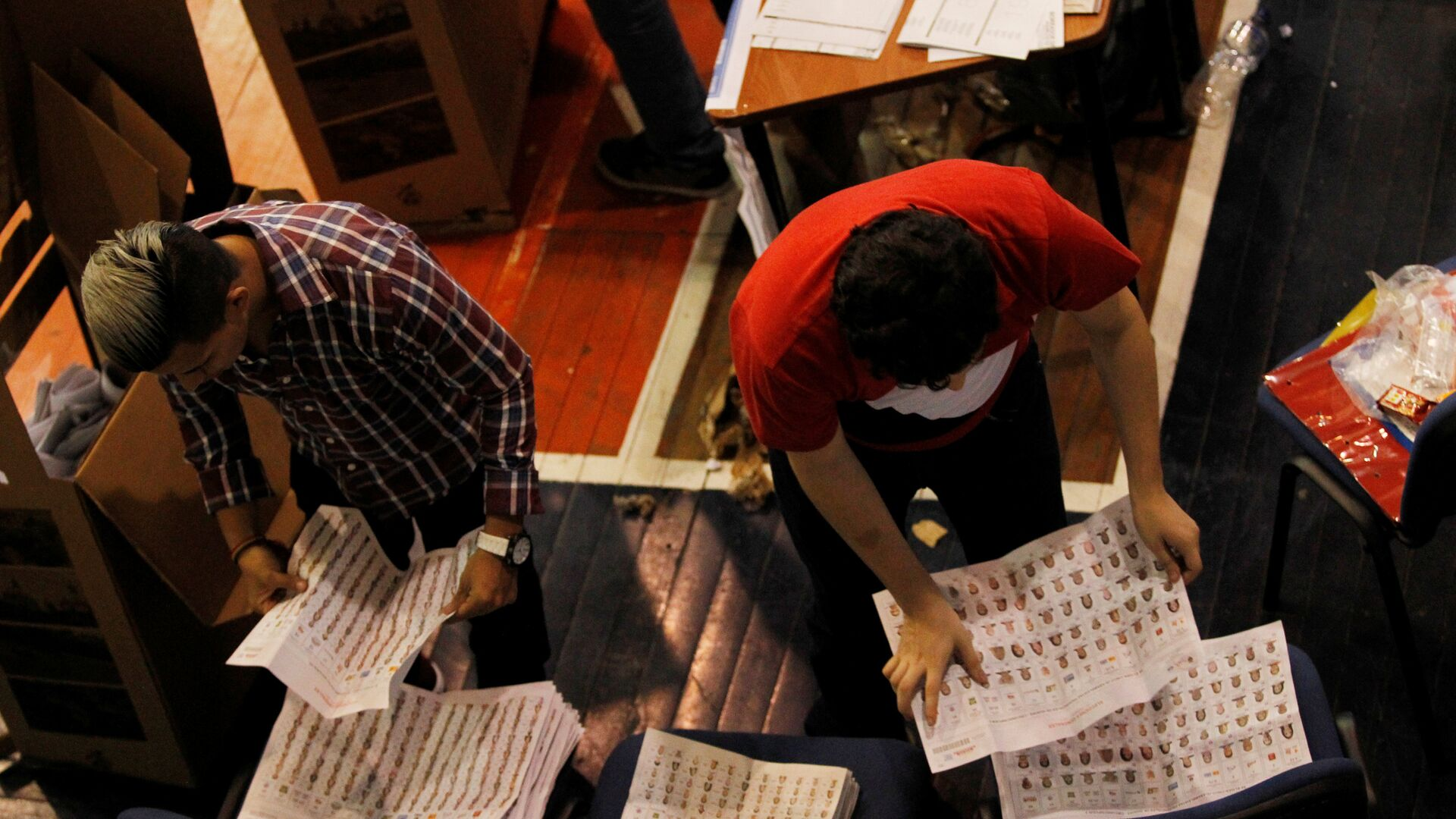 Poll workers count ballots at a polling station in Guayaquil, Ecuador - Sputnik Mundo, 1920, 05.04.2021