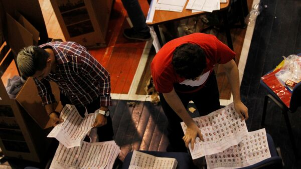 Poll workers count ballots at a polling station in Guayaquil, Ecuador - Sputnik Mundo