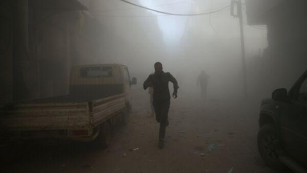 Men run at a site hit by airstrikes in the rebel held besieged Douma neighbourhood of Damascus, Syria - Sputnik Mundo