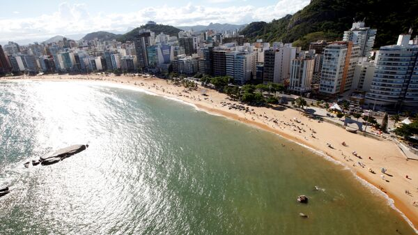 People enjoy the sea at Costa beach during a summer day in Vila Velha, Espirito Santo, Brazil, - Sputnik Mundo