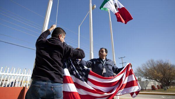 Banderas de México y EEUU (archivo) - Sputnik Mundo