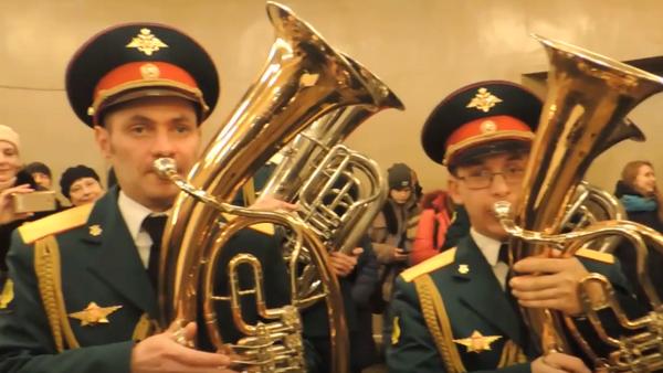 Actuación sorpresa de una orquesta militar en el metro de Moscú - Sputnik Mundo