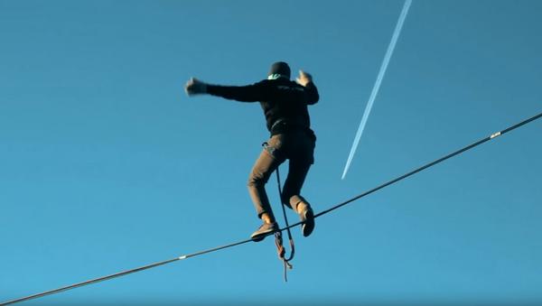 Acróbata ruso se pone a prueba a 85 metros de altura y se salva por el arnés de seguridad - Sputnik Mundo