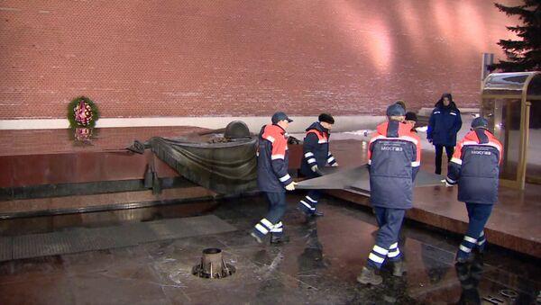 Rejuvenecen la llama eterna en la Tumba del Soldado Desconocido en Moscú - Sputnik Mundo