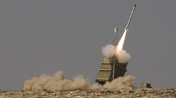 Misil lanzado por el sistema de defensa aérea israelí Cúpula de Hierro (Iron Dome) - Sputnik Mundo