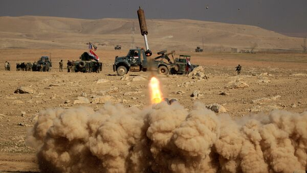 Members of the Iraqi rapid response forces fire a missile toward Islamic State militants during a battle in the south of Mosul, Iraq February 19, 2017 - Sputnik Mundo