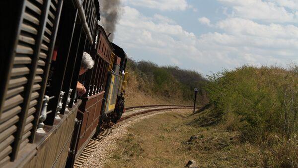 Un tren cerca la ciudad cubana de Sancti Spíritus - Sputnik Mundo