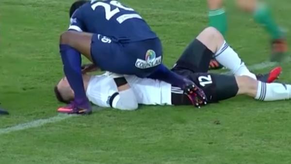 Un futbolista salva la vida a un jugador rival durante partido - Sputnik Mundo