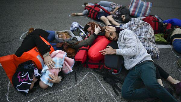 Activistas se manifiestan en apoyo a los refugiados en Pampalona, España - Sputnik Mundo