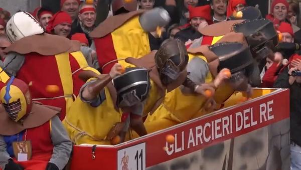 Espectacular: así se vive la 'Batalla de las Naranjas' en Italia - Sputnik Mundo