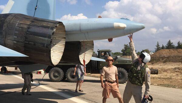 Un piloto ruso se prepara para despegar del aeródromo de Hmeymim en Siria - Sputnik Mundo