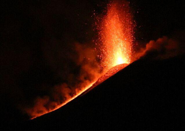El volcán activo más grande de Europa entra en erupción