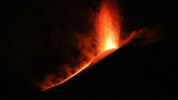 El volcán activo más grande de Europa entra en erupción - Sputnik Mundo