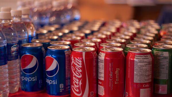 Las latas de Pepsi y Coca-cola en una tienda - Sputnik Mundo