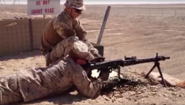Instructor de la OTAN 'se dispara' con una ametralladora encasquillada - Sputnik Mundo