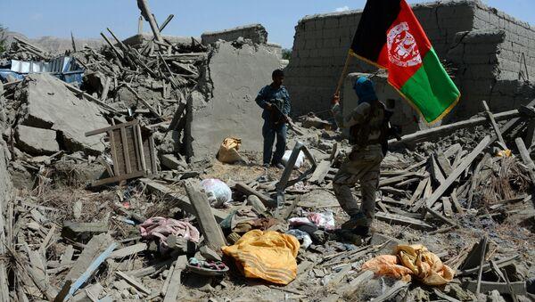 Soldados afganos con la bandera nacional del país (archivo) - Sputnik Mundo
