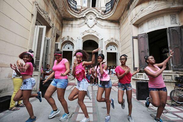 Девушки у Дворца культуры в районе Старая Гавана, Куба - Sputnik Mundo