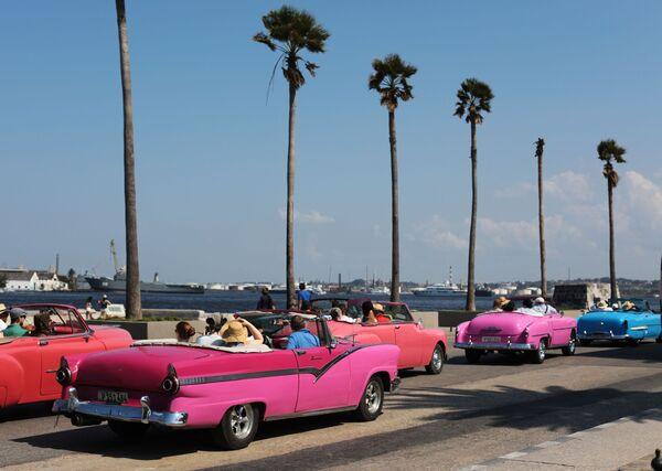 Autos descapotables en la bahía de La Habana. - Sputnik Mundo