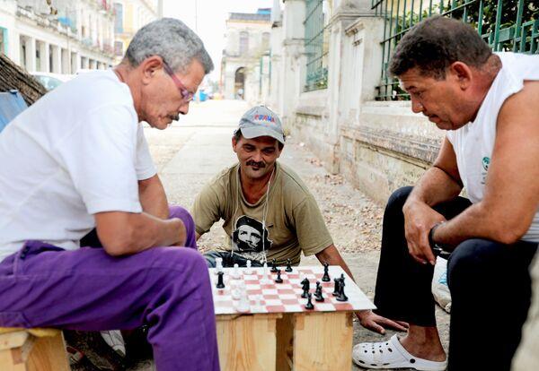 Кубинцы играют в шахматы на улице в районе Старая Гавана - Sputnik Mundo