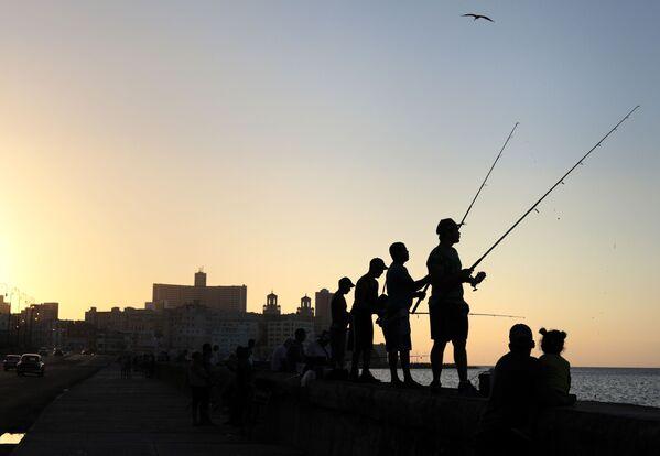 Рыбаки на набережной Малекон в Гаване - Sputnik Mundo