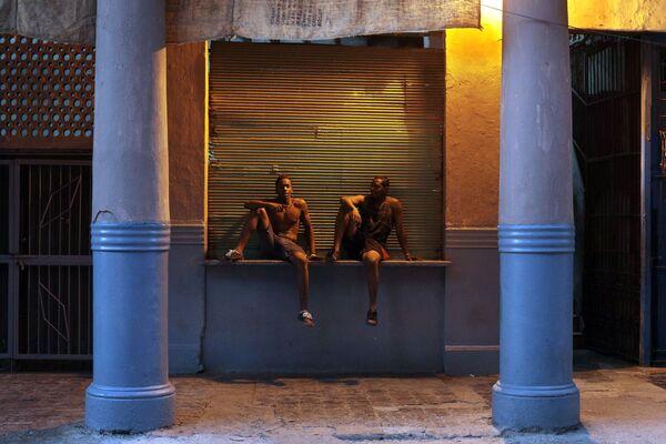 Юноши на вечерней улице в районе Старая Гавана - Sputnik Mundo