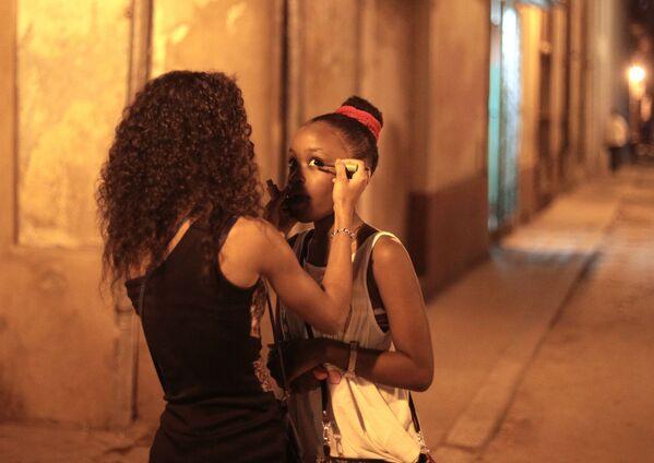 Девушки делают вечерний макияж на улице в районе Старая Гавана - Sputnik Mundo
