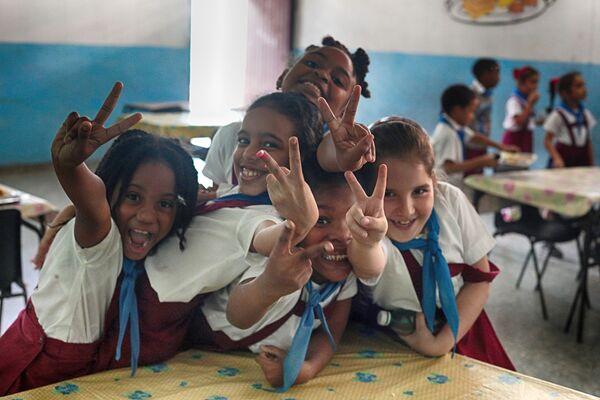 Дети в школьной столовой в районе Старая Гавана - Sputnik Mundo