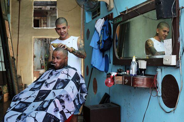 Кубинцы в парикмахерской на улице в районе Старая Гавана - Sputnik Mundo