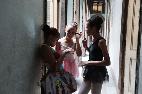 На занятиях балетом во Дворце культуры в районе Старая Гавана - Sputnik Mundo