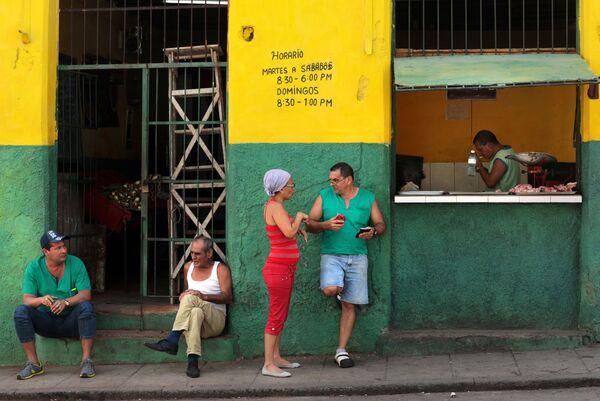 Кубинцы у продуктовой лавки на улице в районе Старая Гавана - Sputnik Mundo