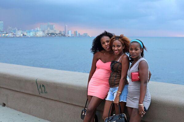Молодые кубинки на набережной Малекон в Гаване - Sputnik Mundo