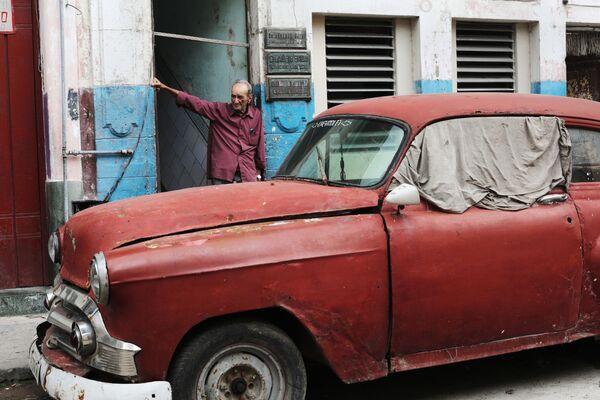 Старый автомобиль в районе Старая Гавана - Sputnik Mundo