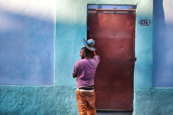 Кубинец на улице в районе Старая Гавана - Sputnik Mundo