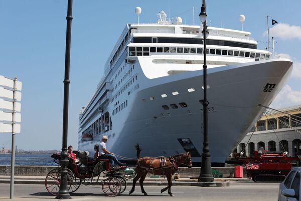 Круизный лайнер и конный экипаж в порту Гаваны - Sputnik Mundo