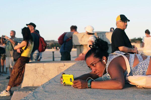 Кубинцы отдыхают на набережной Малекон в Гаване - Sputnik Mundo