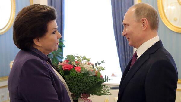 Vladímir Putin, presidente ruso, con Valentina Tereshkova, la primera mujer que voló al espacio - Sputnik Mundo