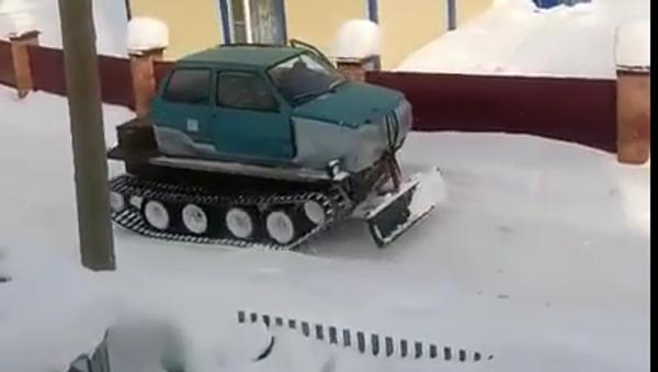 La nueva quitanieves rusa, híbrido entre automóvil y tractor - Sputnik Mundo