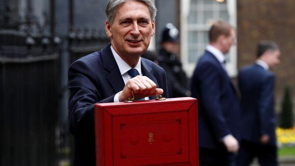 Philip Hammond, ministro de Finanzas del Reino Unido, con el proyecto de Presupuesto - Sputnik Mundo
