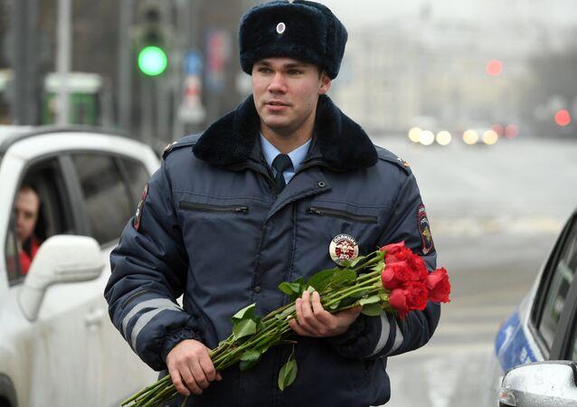 Policía ruso celebrando el Día de la Mujer
