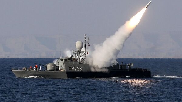 Iranian navy fires a Mehrab missile during the Velayat-90 naval wargames in the Strait of Hormuz in southern Iran (file) - Sputnik Mundo