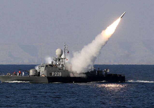 Un buque iraní lanza un misil (archivo)