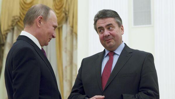Russian President Vladimir Putin (L) meets with German Foreign Minister Sigmar Gabriel in Moscow - Sputnik Mundo