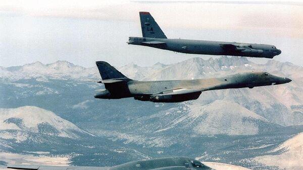 Bombarderos estratégicos B-2 Spirit Bomber,  B-1B y B-52 de la Fuerza Aérea de EEUU - Sputnik Mundo