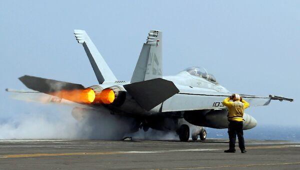 Caza F-18 en el portaviones USS Carl Vinson - Sputnik Mundo