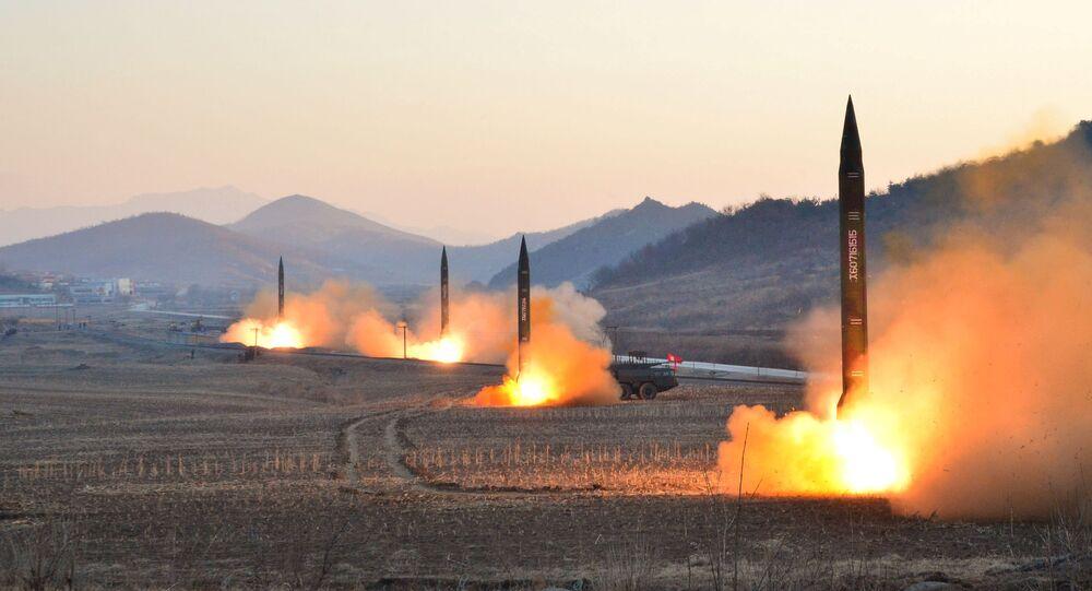 El líder norcoreano Kim Jong Un supervisó el lanzamiento de un cohete balístico en esta foto sin fecha publicada por la KCNA en Pyongyang el 7 de marzo de 2017