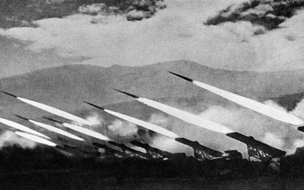 Katiusha en acción durante un combate contra los nazis alemanes (Segunda Guerra Mundial) - Sputnik Mundo