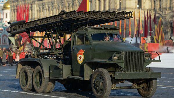 El primer carro de artillería reactiva soviética BM-13, conocido como Katiusha, durante el desfile de la Victoria en la Plaza Roja de Moscú - Sputnik Mundo