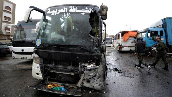 Los autobuses dañados en el lugar del atentado en Damasco - Sputnik Mundo