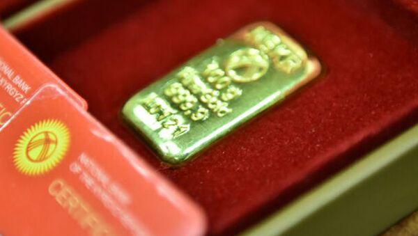 Barra de oro del Banco Nacional de Kirguistán (archivo) - Sputnik Mundo
