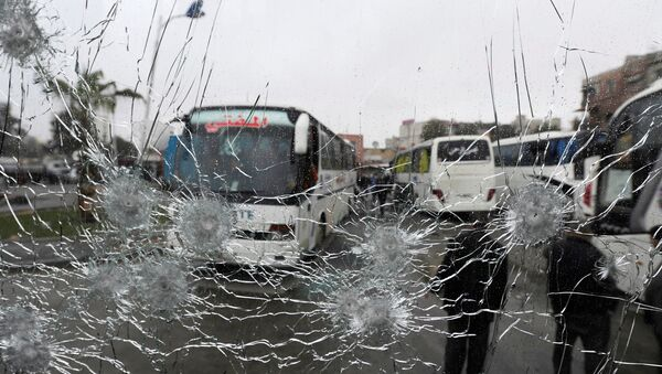 A shattered glass window of a bus at the site of an attack by two suicide bombers in Damascus - Sputnik Mundo